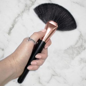 highlighter makeup brush